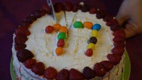 英尺长度妇女切开一个蛋糕 影视素材