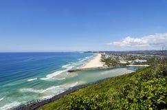 英属黄金海岸作假日英里海海浪,白色沙滩 免版税图库摄影