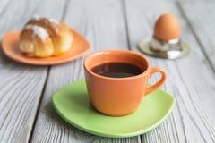 英式早餐、咖啡用鸡蛋和新月形面包 库存照片