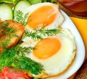 英式早餐、炒蛋用多士,烟肉、火腿和ve 免版税库存图片