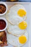 英式早餐煎蛋卷用在户外咖啡馆的烟肉 图库摄影