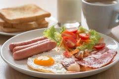 英式早餐用咖啡和牛奶在木桌上 有选择性 库存照片