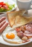 英式早餐用在木桌上的咖啡 选择聚焦 库存图片