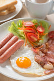 英式早餐用在木桌上的咖啡 免版税库存照片