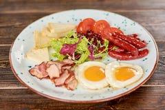 英式早餐用新鲜的沙拉 免版税库存图片