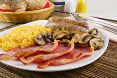 英式早餐用炒蛋和香肠 免版税库存图片