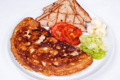 英式早餐用炒蛋,蕃茄 免版税库存照片