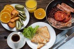 英式早餐用香肠、被烘烤的蕃茄、豆和toa 库存图片