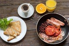 英式早餐用香肠、被烘烤的蕃茄、豆和toa 库存照片