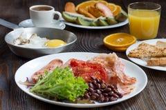 英式早餐用香肠、被烘烤的蕃茄、豆和toa 图库摄影