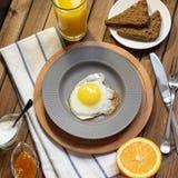 英式早餐:煎蛋、汁液、西红柿、莴苣、五谷面包和调味汁 图库摄影