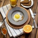 英式早餐:煎蛋,汁液,西红柿,莴苣,五谷面包,调味汁 库存照片