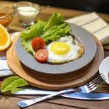 英式早餐:煎蛋,汁液,西红柿,莴苣,五谷面包,调味汁 免版税图库摄影