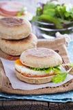 英格兰式松饼用鸡蛋早餐 免版税库存照片