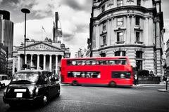 英格兰银行,皇家交换在伦敦,英国 黑出租车和红色公共汽车 免版税库存图片
