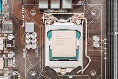 英特尔i7在主板插口的处理机碎片 免版税库存图片