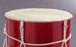 英王乔治一世至三世时期传统鼓doli零件鼓面皮的灰色背景 库存图片