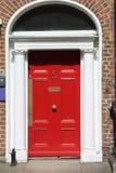 英王乔治一世至三世时期红色门 免版税库存图片