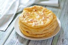 英王乔治一世至三世时期khachapuri一个平的蛋糕用乳酪 图库摄影
