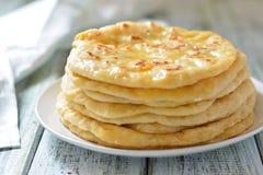 英王乔治一世至三世时期khachapuri一个平的蛋糕用乳酪 免版税库存图片