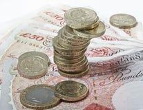 英磅纸币和硬币 免版税库存图片