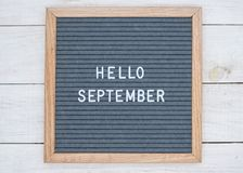 英语发短信给你好在一个信件板的9月在灰色背景的白色信件 图库摄影