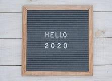英语发短信给你好2020年在白色信件的一个信件板在灰色背景 库存图片