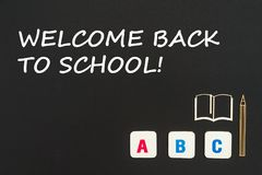 英语在与文本欢迎的黑背景上色了方形的信件驱散回到学校 库存照片