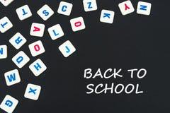 英语在与文本的黑背景上色了方形的信件驱散回到学校 免版税图库摄影