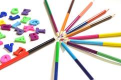 英语字母表的颜色信件 在他们旁边是色的铅笔 顶视图 教的孩子 库存图片
