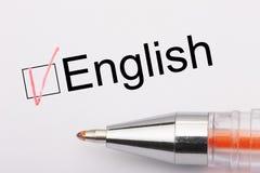 英语-与壁虱的复选框在与金属笔的白皮书 清单概念 库存图片