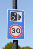 30英里/小时限速和spped照相机提出路标 免版税库存图片