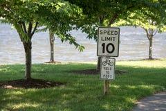10英里/小时限速标志步行循环的区域 免版税库存照片
