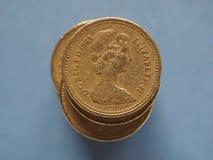 1 1英镑硬币,在蓝色的英国与拷贝空间在伦敦 免版税库存图片