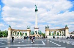 英雄在布达佩斯摆正在匈牙利反对蓝天与云彩在一个晴天 图库摄影