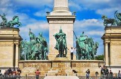英雄在布达佩斯摆正在匈牙利反对蓝天与云彩在一个晴天 免版税库存照片
