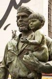 英雄有一个孩子的埃内斯托切・格瓦拉的纪念碑他的胳膊的 库存照片