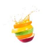 苹果、桔子和柑桔。飞溅汁液。 库存照片