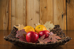 苹果、桔子和秋叶 免版税库存图片