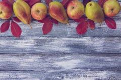 苹果、梨和秋叶在木背景 秋天bac 免版税库存照片