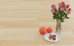 苹果、点心和花在玻璃花瓶 免版税库存图片