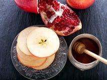 苹果、石榴和蜂蜜犹太新年的 免版税库存照片