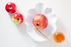 苹果、石榴和蜂蜜犹太新年的 库存照片