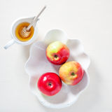苹果、石榴和蜂蜜犹太新年的 库存图片