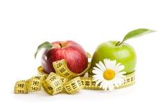 苹果、花和测量的磁带 库存图片