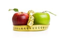 苹果、花和测量的磁带 免版税库存照片