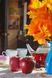 苹果、茶和蛋糕在桌上 仍然1寿命 免版税库存图片