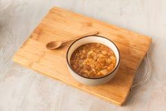 苹果、葱、胡椒和桂香酸辣调味品在陶瓷的灰色 免版税图库摄影