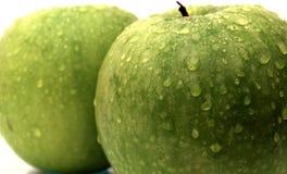 苹果下落绿色查出的水 免版税库存图片