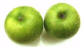 苹果下落绿色查出的水 库存图片